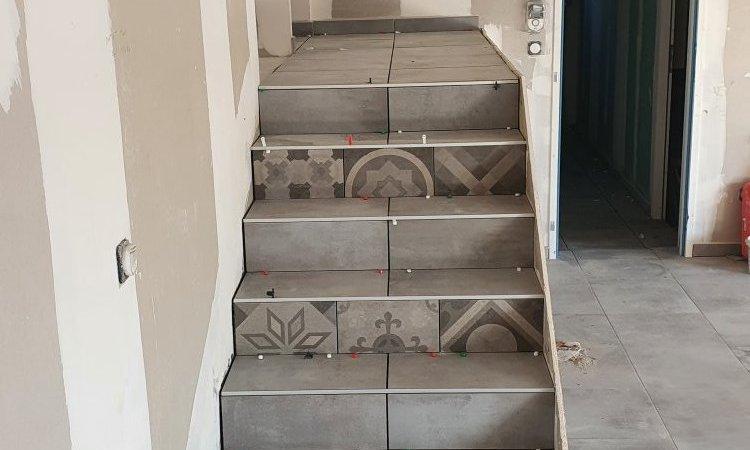 réalisation d'un escalier avec carrelage centré dans une maison neuve